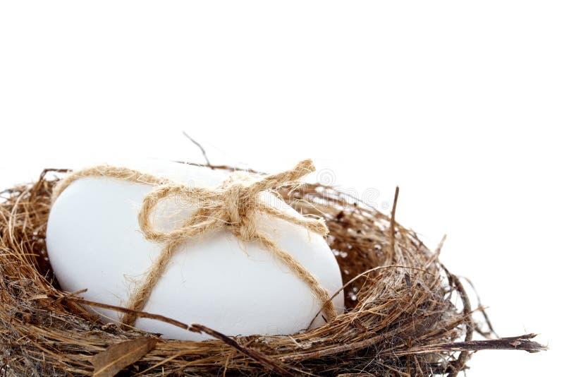 Ei in een nest voor Pasen royalty-vrije stock afbeeldingen