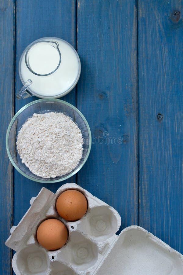 Ei en melk op blauwe achtergrond stock foto