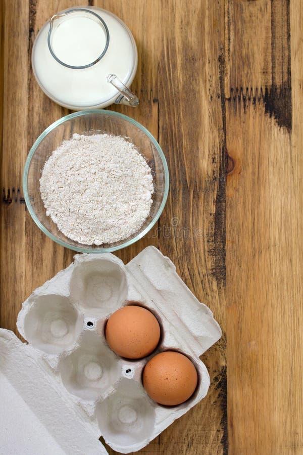 Ei en melk op bruin stock afbeeldingen