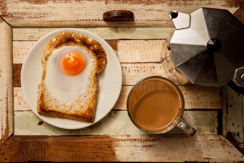 Ei geröstet mit Kaffee lizenzfreie stockbilder