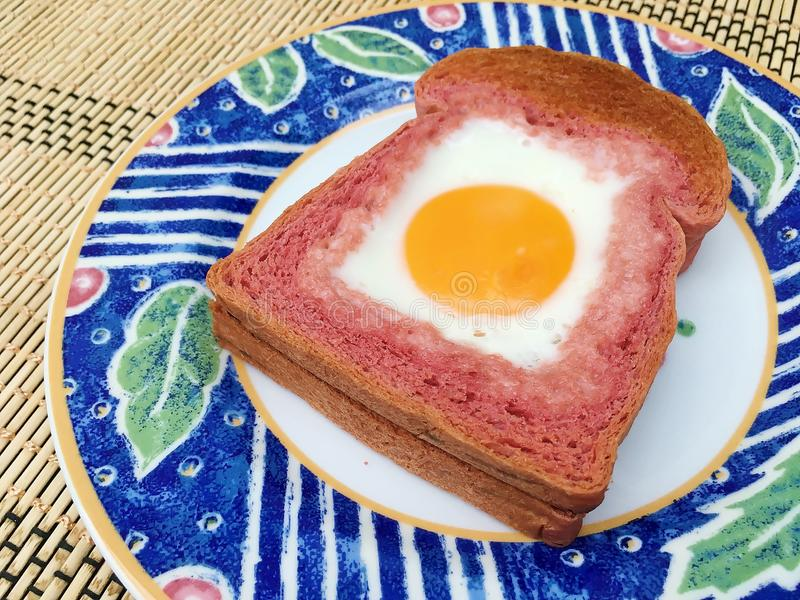 Ei in het roze brood royalty-vrije stock fotografie