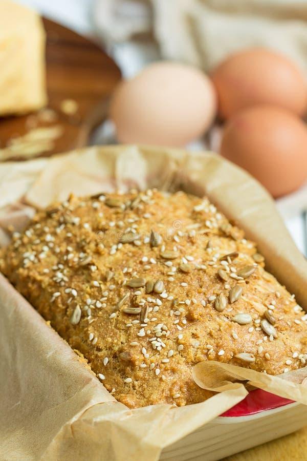 Ei-, Käse-und selbst gemachtes Gluten-freies Butterbrot, Brioche, in der Backform auf einem hellen weißen hölzernen Hintergrund,  lizenzfreies stockfoto