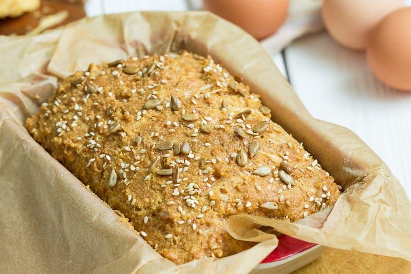 Ei-, Käse-und selbst gemachtes Gluten-freies Butterbrot, Brioche, in der Backform auf einem hellen weißen hölzernen Hintergrund,  lizenzfreie stockfotografie
