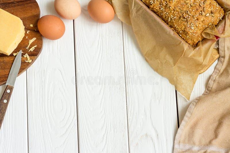 Ei-, Käse-und selbst gemachtes Gluten-freies süßes Brot in der Backform auf einem hellen weißen hölzernen Hintergrund Ländliche K lizenzfreie stockfotos