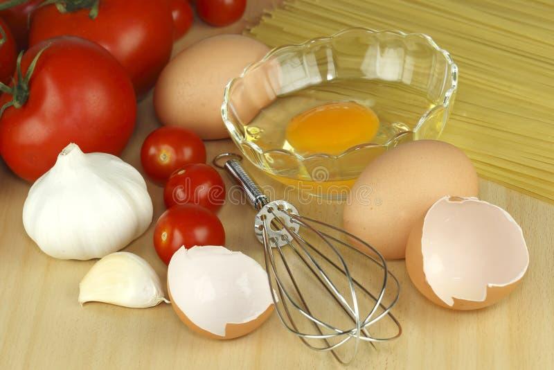 Ei, knoflook, tomaat en deegwaren stock afbeeldingen