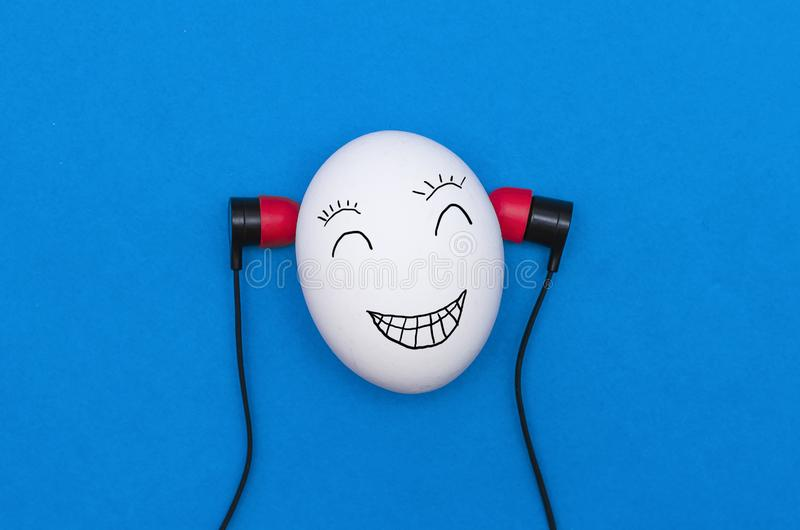 Ei mit Kopfhörern stockfotografie