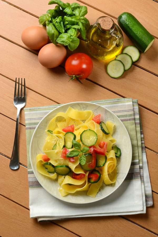 Ei pappardelle met courgette en tomaat royalty-vrije stock afbeelding