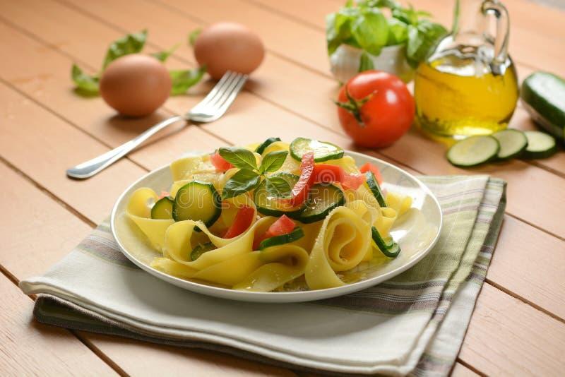 Ei pappardelle met courgette en tomaat stock afbeeldingen