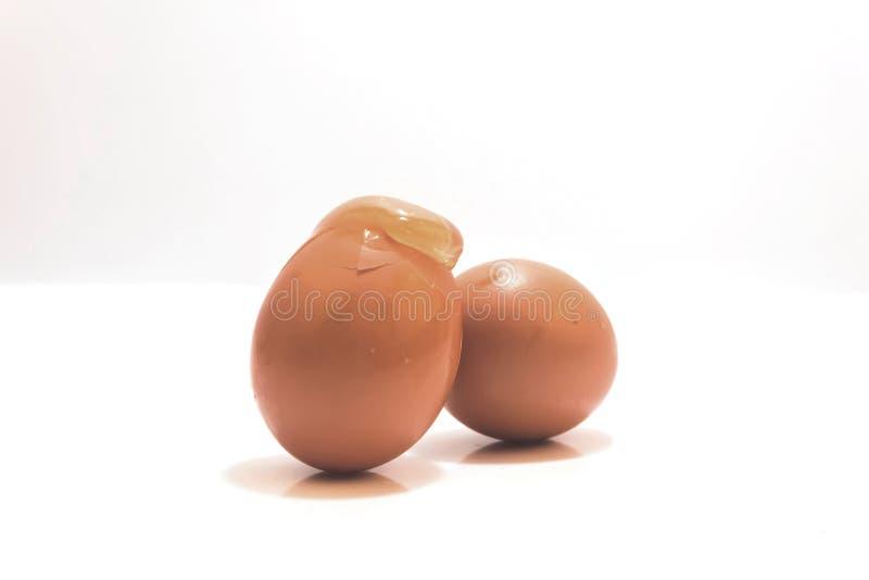 Ei zwei und gebrochen einem Eilochabschluß oben lokalisiert stockfoto
