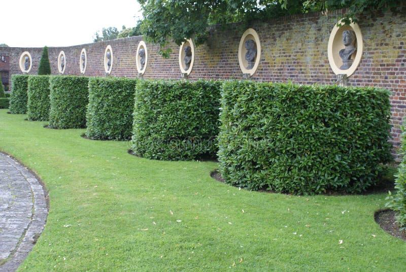 Eibe Topiarygarten mit Statuen in den Nischen in Surrey, England lizenzfreie stockfotos