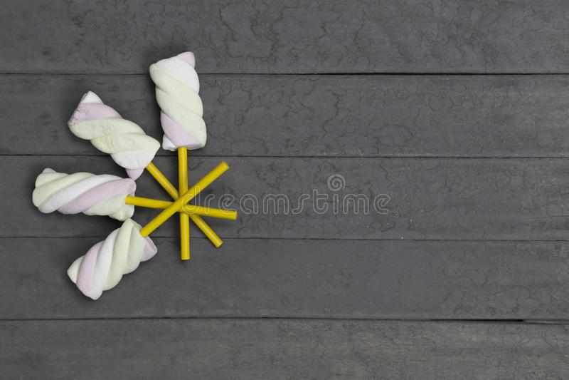 Eibischaufsteckspindeln auf dem hölzernen Hintergrund stockfoto