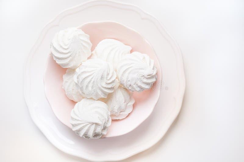 Eibische in der rosa Platte auf einem Weiß Beschneidungspfad eingeschlossen Selektiver Fokus stockfotografie