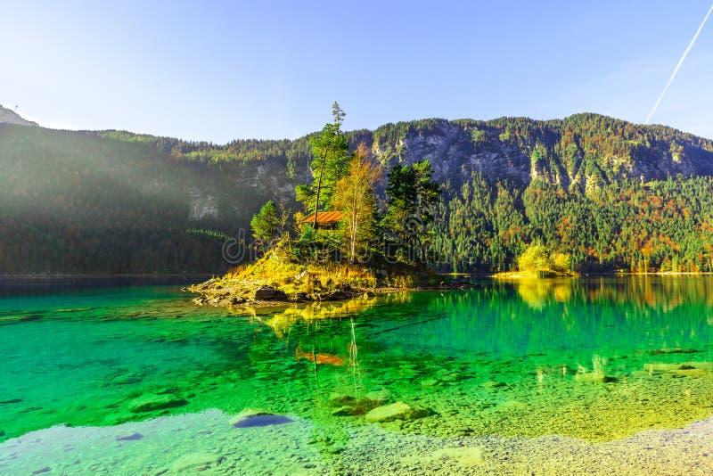 Eibsee湖美妙的秋天日出  巴伐利亚阿尔卑斯山脉,德国令人惊讶的早晨视图奥地利边界的 库存照片