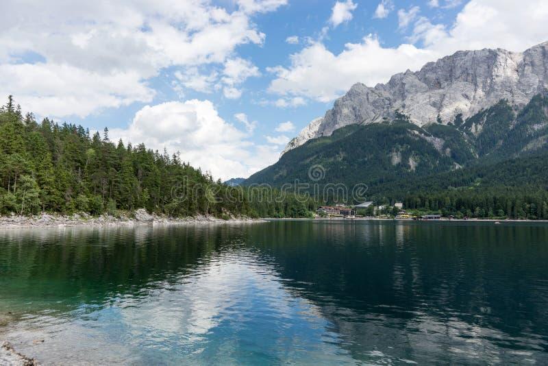Eibsee, λίμνη βουνών στις βαυαρικές Άλπεις στοκ εικόνα με δικαίωμα ελεύθερης χρήσης