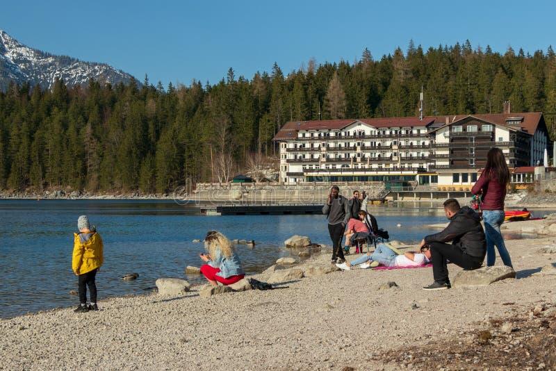 Eibsee, Alemanha, o 31 de mar?o de 2019: turistas que apreciam o tempo bonito no eibsee perto do grainau fotografia de stock