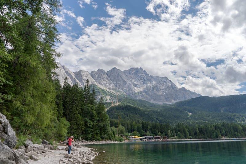 Eibsee com a montanha a mais alta Zugspitze em Alemanha, cumes bávaros foto de stock royalty free