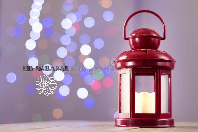 Eid al-Fitr Mubarak Greeting Typography mit Bokeh-backgound Arabische Laterne auf hölzernem backgound stockfotos