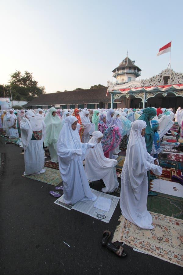 Eid AlAdha祷告的公民在宫殿与他的父母的独奏Java印度尼西亚的庭院里 免版税库存图片