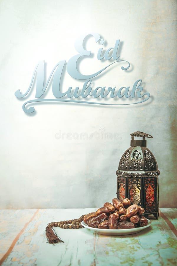 Eid Mubarak avec le fruit de palmier dattier ou le kurma, nourriture de Ramadan, image photographie stock