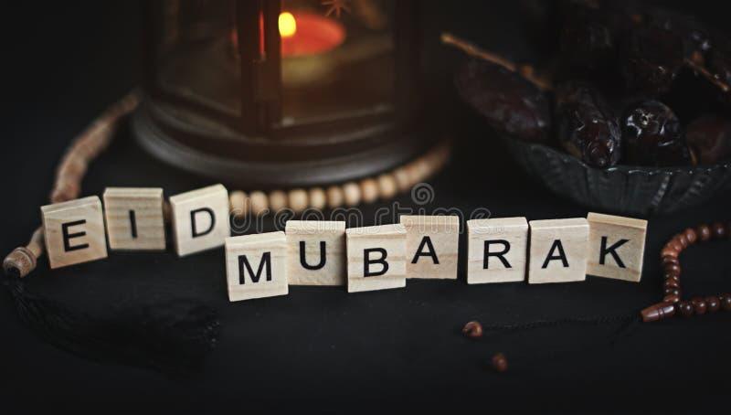Eid Mubarak Greeting Scrabble Letters Wi di Ramadan Candle Lantern immagini stock