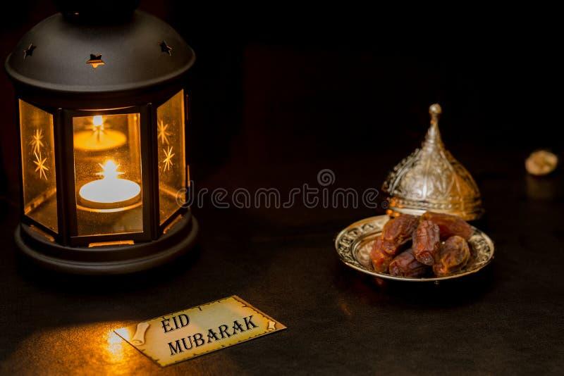 Eid mubarak kort med lyktan och data royaltyfri foto