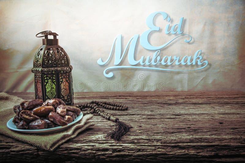 Eid mubarak med datumet gömma i handflatan frukt eller kurmaen, ramadan mat, bild royaltyfri foto