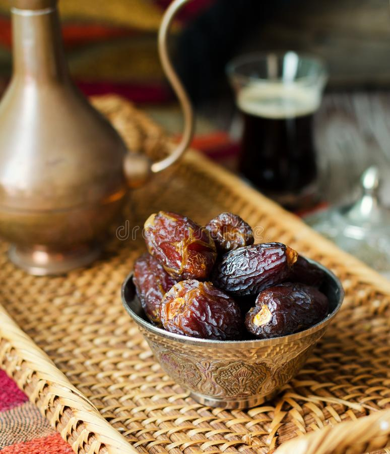 Eid mubarak med den arabiska kaffekrukan och data Torkade data och coffe arkivbild