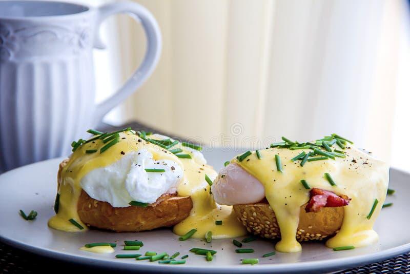 Eier Benedict rösteten Muffins, Schinken, poschierte Eier und köstliche butterartige Hollandaisesoße stockbild