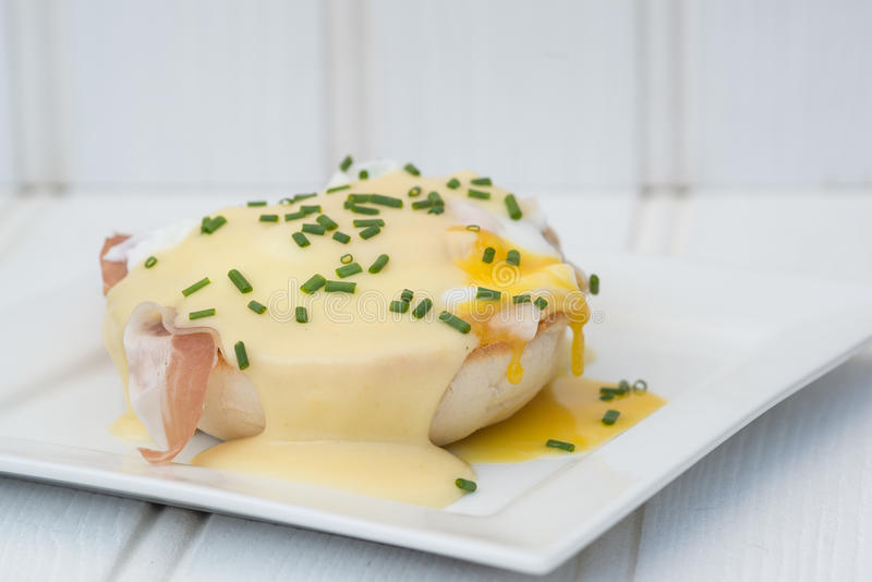Eier Benedict rösteten Schinken der englischen Muffins poschierte Eier und Holla lizenzfreie stockbilder