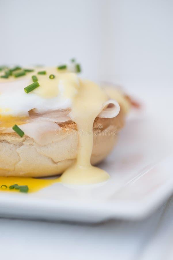 Eier Benedict rösteten Schinken der englischen Muffins poschierte Eier und Holla lizenzfreies stockbild
