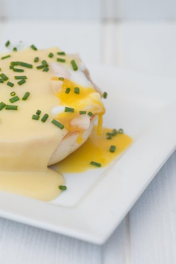 Eier Benedict rösteten Schinken der englischen Muffins poschierte Eier und Holla lizenzfreies stockfoto