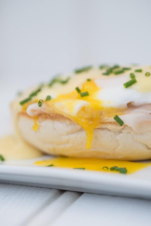 Eier Benedict rösteten Schinken der englischen Muffins poschierte Eier und Holla lizenzfreie stockfotos