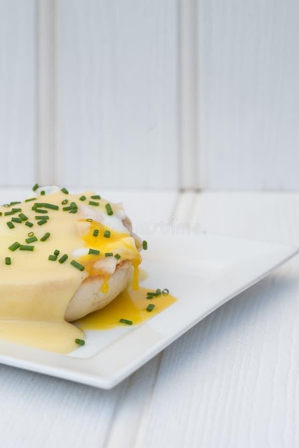 Eier Benedict rösteten Schinken der englischen Muffins poschierte Eier und Holla stockfotografie