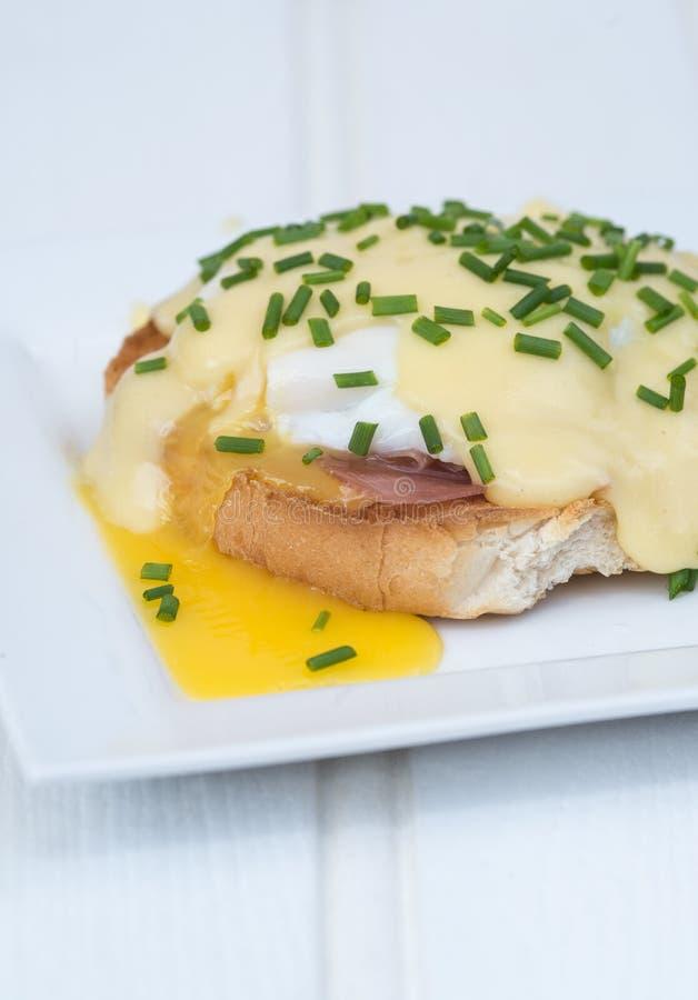 Eier Benedict rösteten Schinken der englischen Muffins poschierte Eier und Holla stockfoto