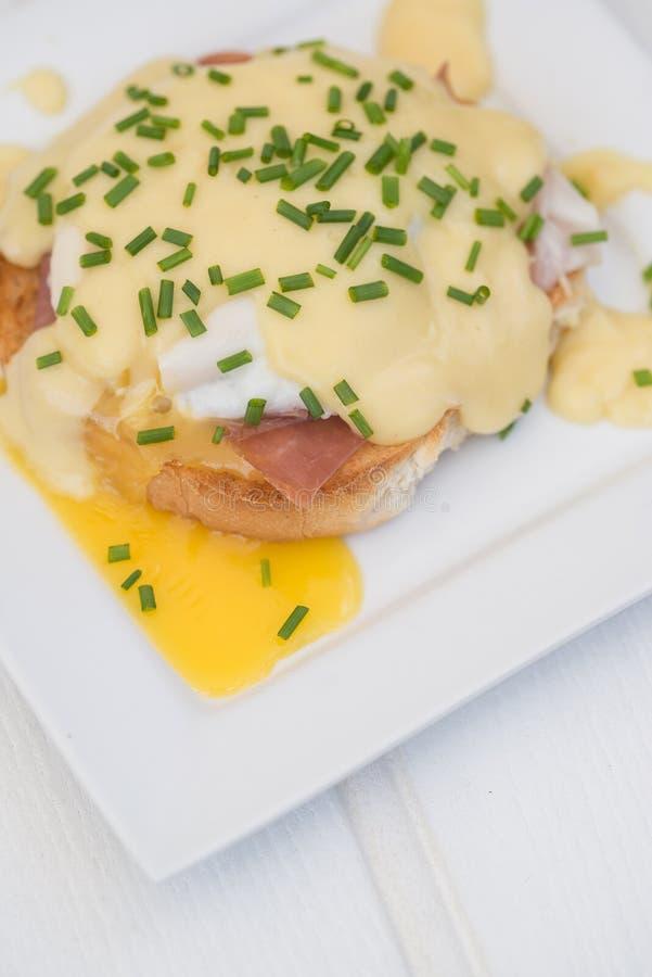 Eier Benedict rösteten Schinken der englischen Muffins poschierte Eier und Holla stockbilder