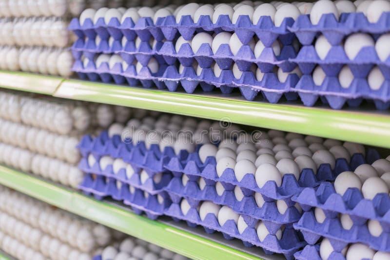 Eier in den Behältern im Regal im Speicher undeutliches Ei auf Regal im Supermarkt für Hintergrund selectes Fokus lizenzfreie stockfotos