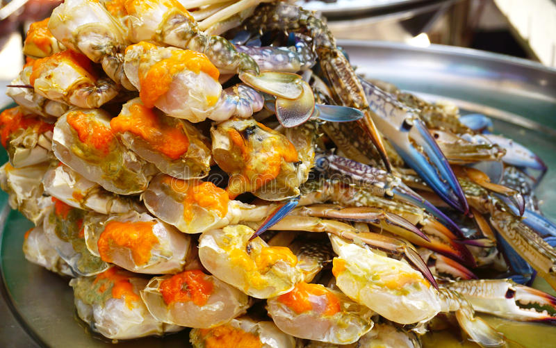 Eier der blauen Krabbe wurden auf Platte vereinbart lizenzfreies stockbild
