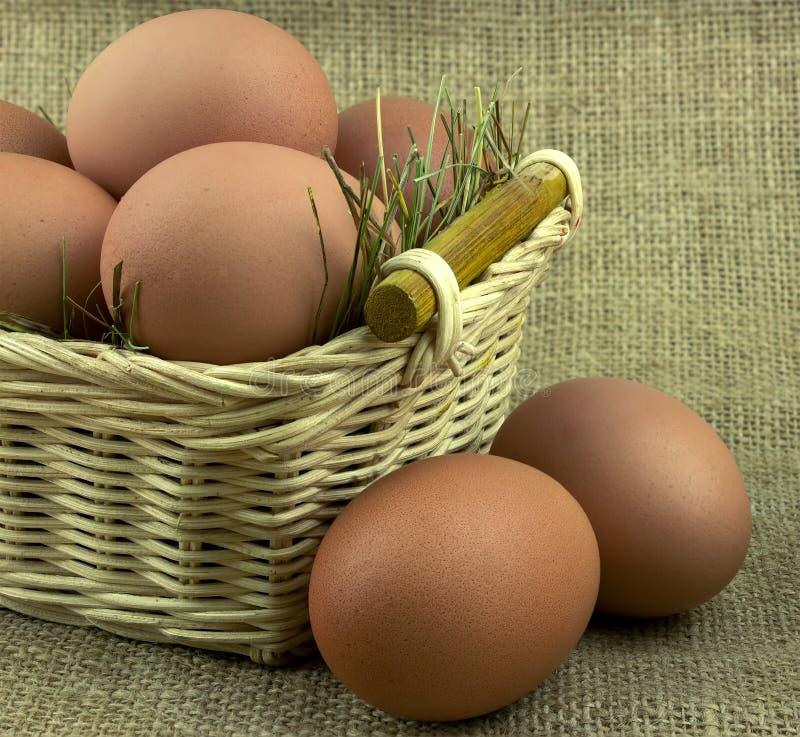 Eier in einem Korb auf dem Rausschmiß lizenzfreie stockfotografie