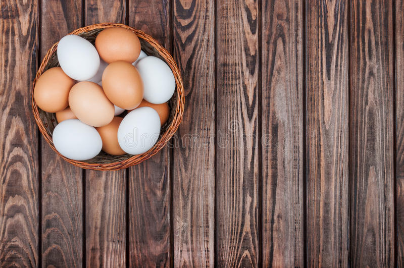 Eier im Korb stockbilder