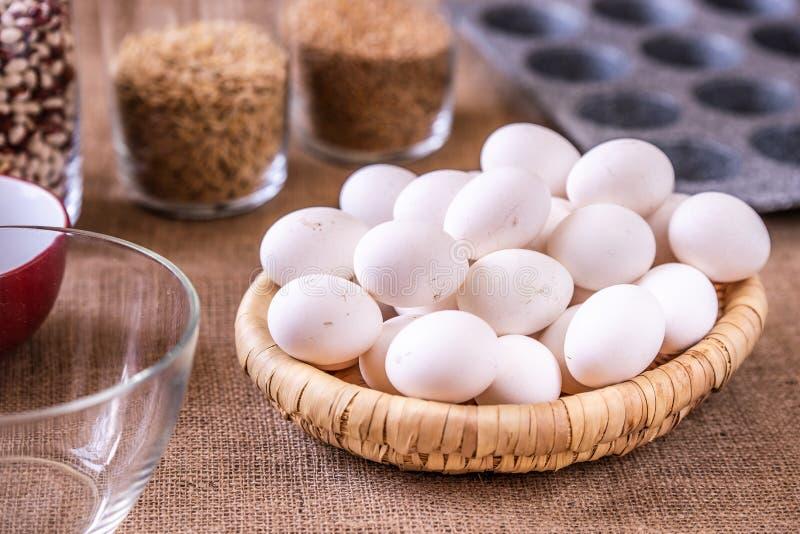 Eier im Korb und in der Backform lizenzfreie stockbilder