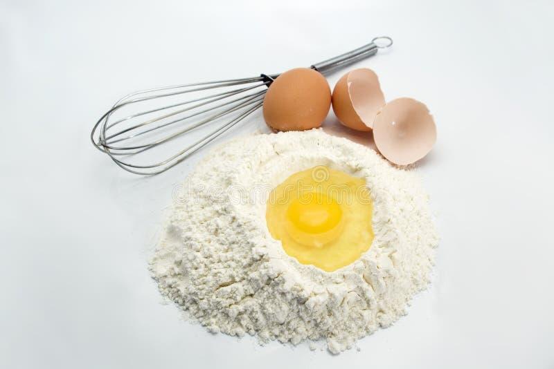 Eier, Mehl und Küchehilfsmittel stockfoto