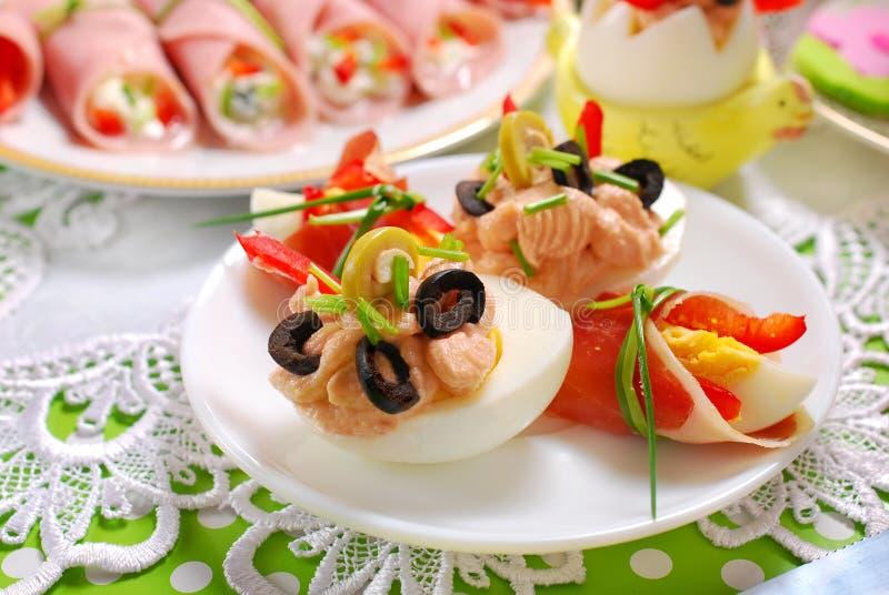 Eier mit dem verbreiteten Thunfisch und den Oliven für Ostern frühstücken lizenzfreie stockbilder