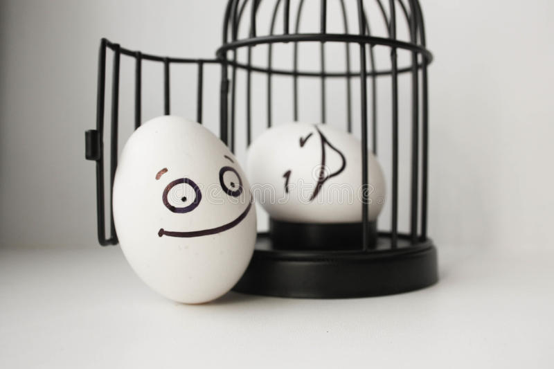 Eier mit gemaltem Gesicht Foto für Ihr Design stockbild