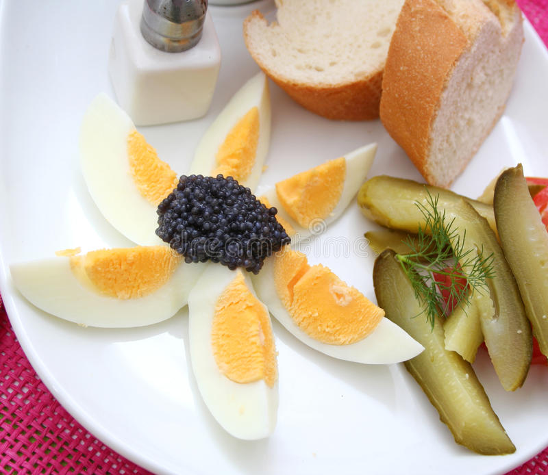 Eier mit Kaviar stockbild