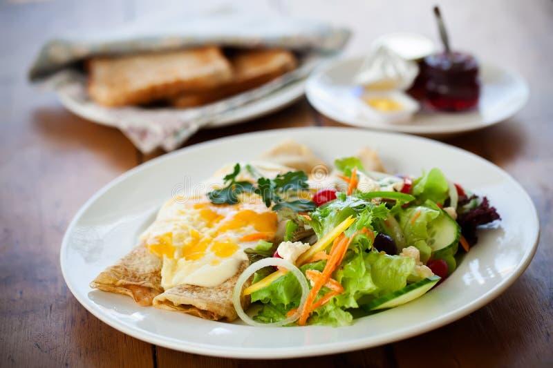 Eier mit Salaten stockbild