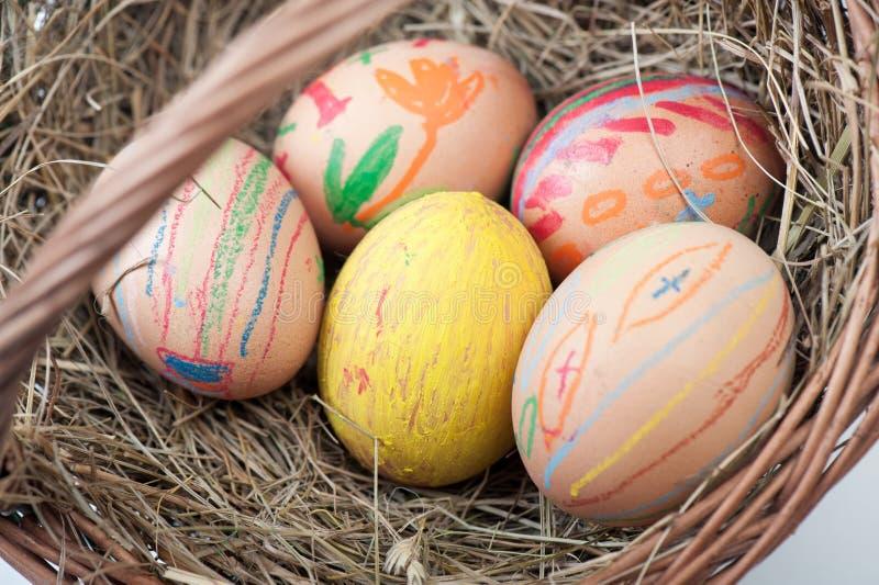 Eier Ostern auf Korb lizenzfreies stockfoto