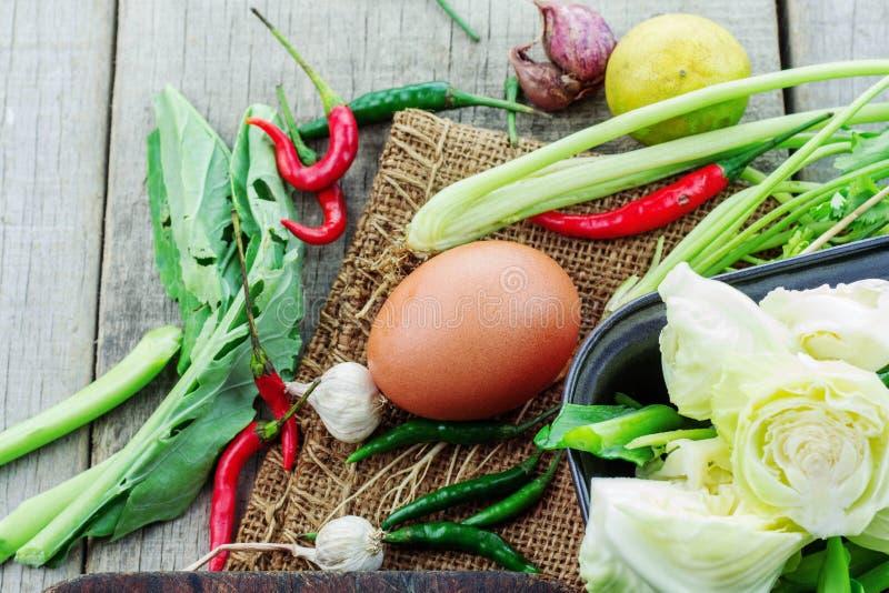 Eier und Gemüse auf hölzernem stockfotografie