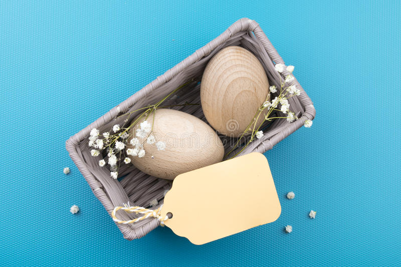 Eier, Wiesenschaumkraut und gestreifter Stoff lizenzfreies stockfoto