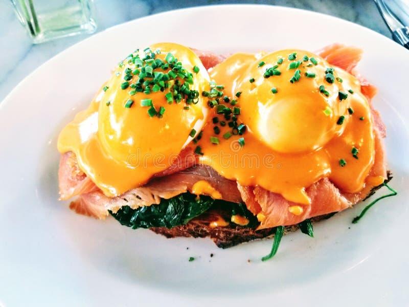 Eieren Benedict met Gerookte Zalm voor ontbijt en brunch royalty-vrije stock fotografie