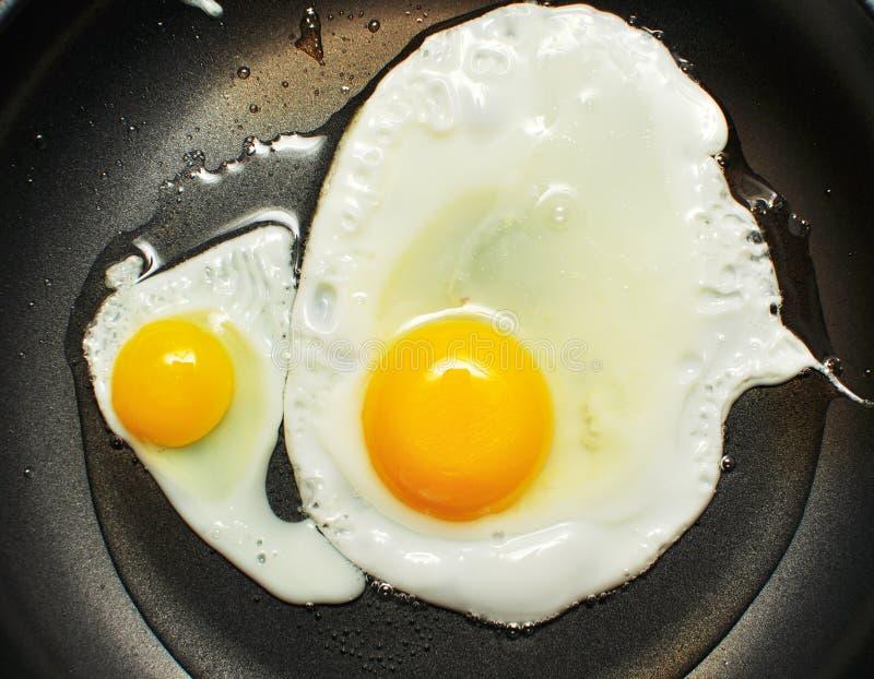 Eieren in de pan stock foto's